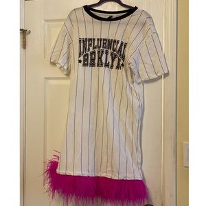 Tshirt dress with feather